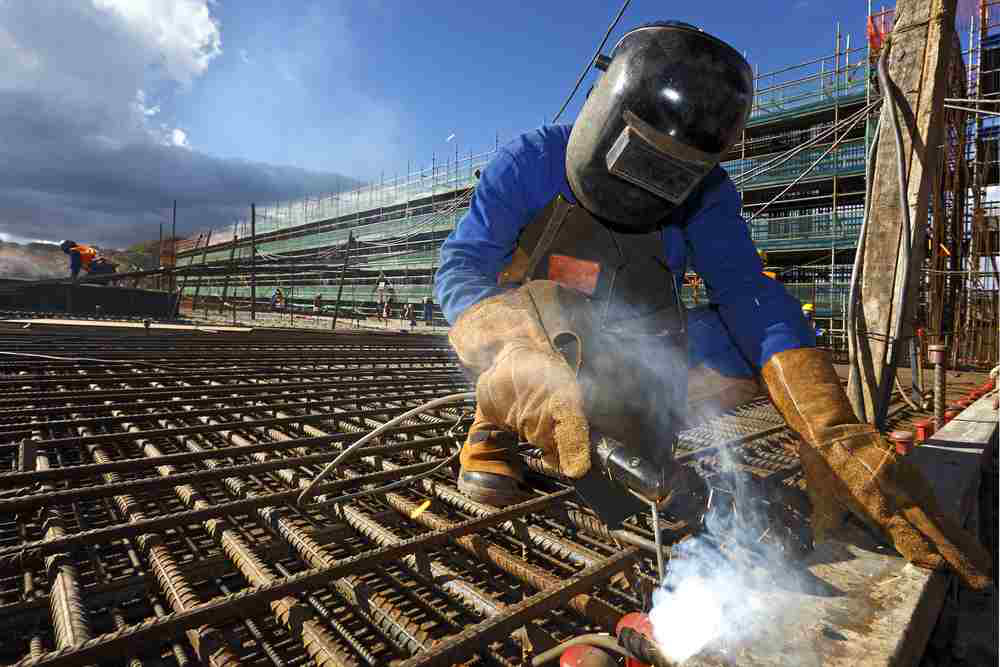 welder shut the us construction industry added 15000 jobs in february