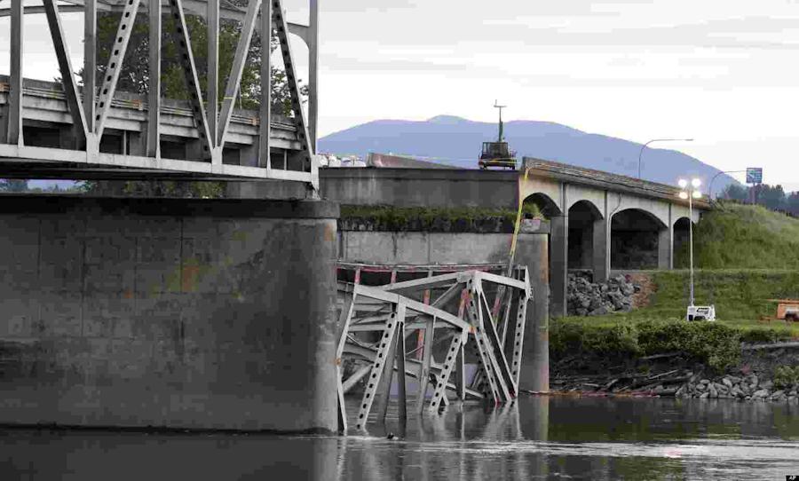 A portion of the Interstate 5 bridge collapsed into the Skagit River in Washington State Thursday. (Photo: AP/Elaine Thompson via The Huffington Post)