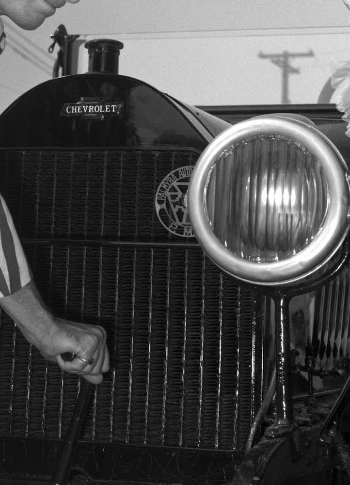 Closeup of the 1914 Royal Mail's grille and the bowtie.