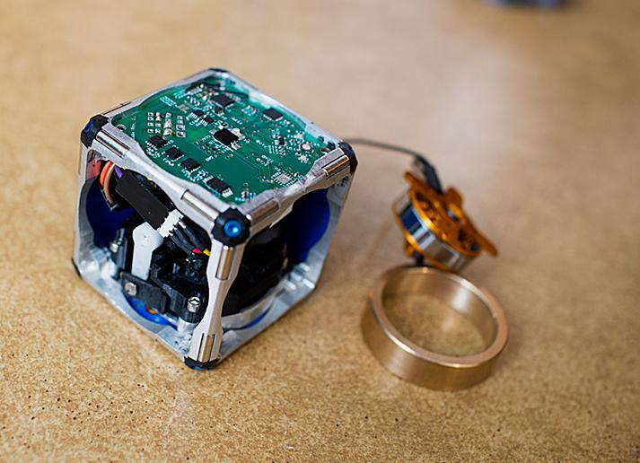 MIT self-assembling robot cubes