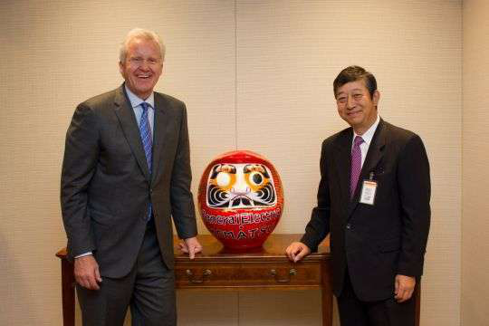 Jeff Immelt, Chairman and CEO of GE (left) and Tetsuji Ohashi, President and CEO of Komatsu (right)