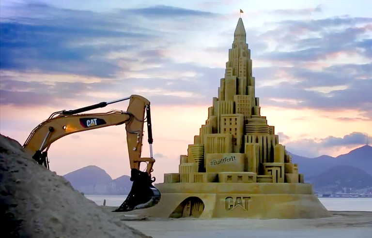 costruire castelli di sabbia con l'escavatore Caterpillar-Guinness-World-Record-tallest-sand-castle-768x492