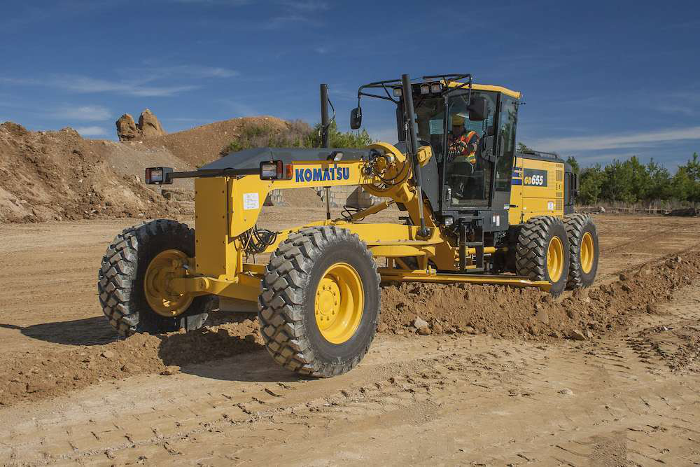 The Komatsu GD655-6 offers a dual-mode transmission and a 21-foot, 4-inch wheelbase.