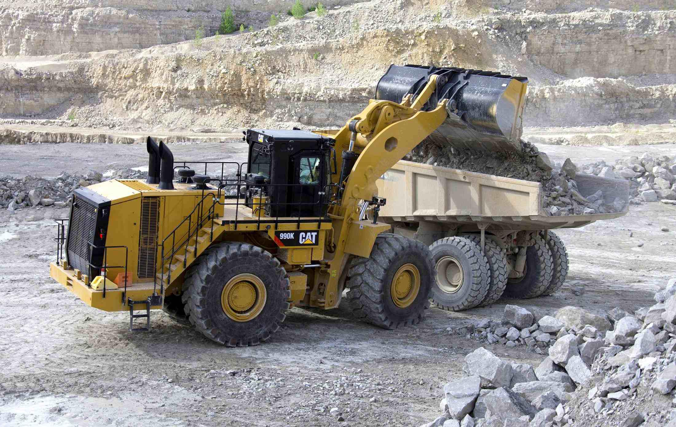 Cat 990K loads truck