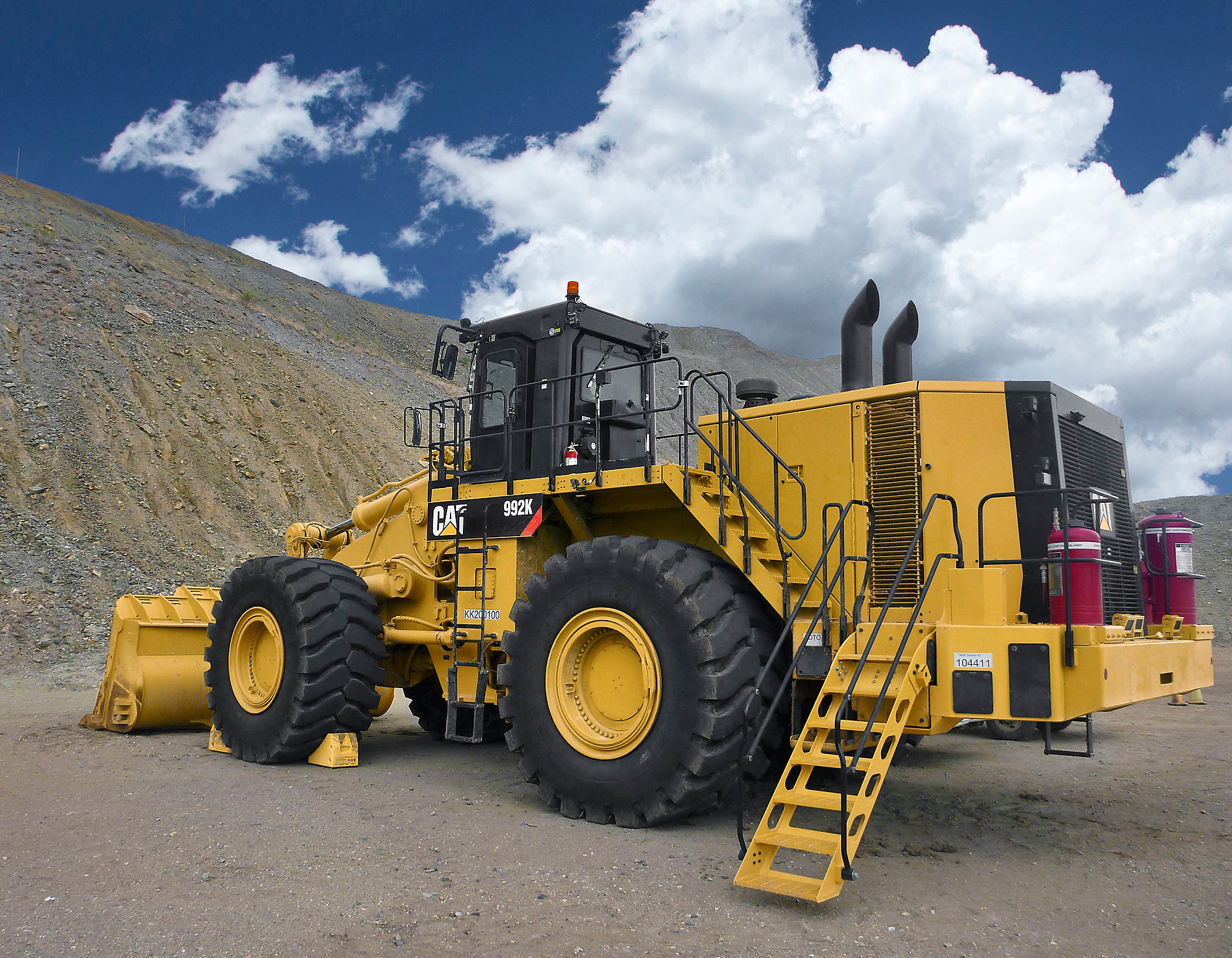 Cat Wheel Tractor : Cat intros k loader wheel dozer with improved