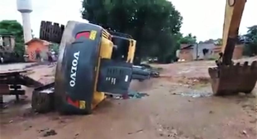 Volvo Excavator Falls from Trailer