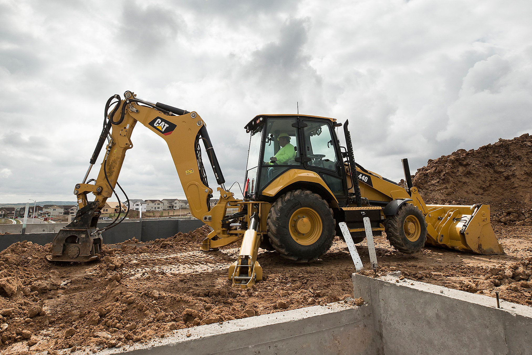 Design offers good load control to Cat's 440, 450 backhoes