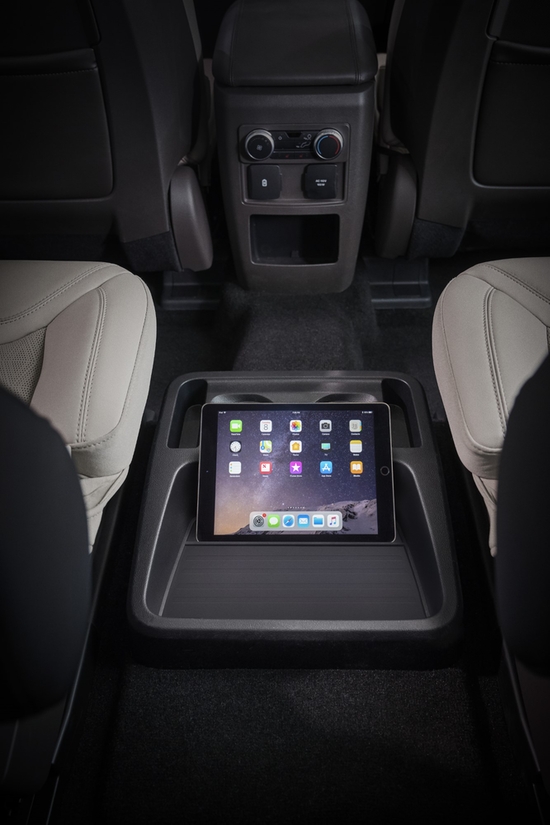 Details of the Ford Explorer Platinum's second row center console