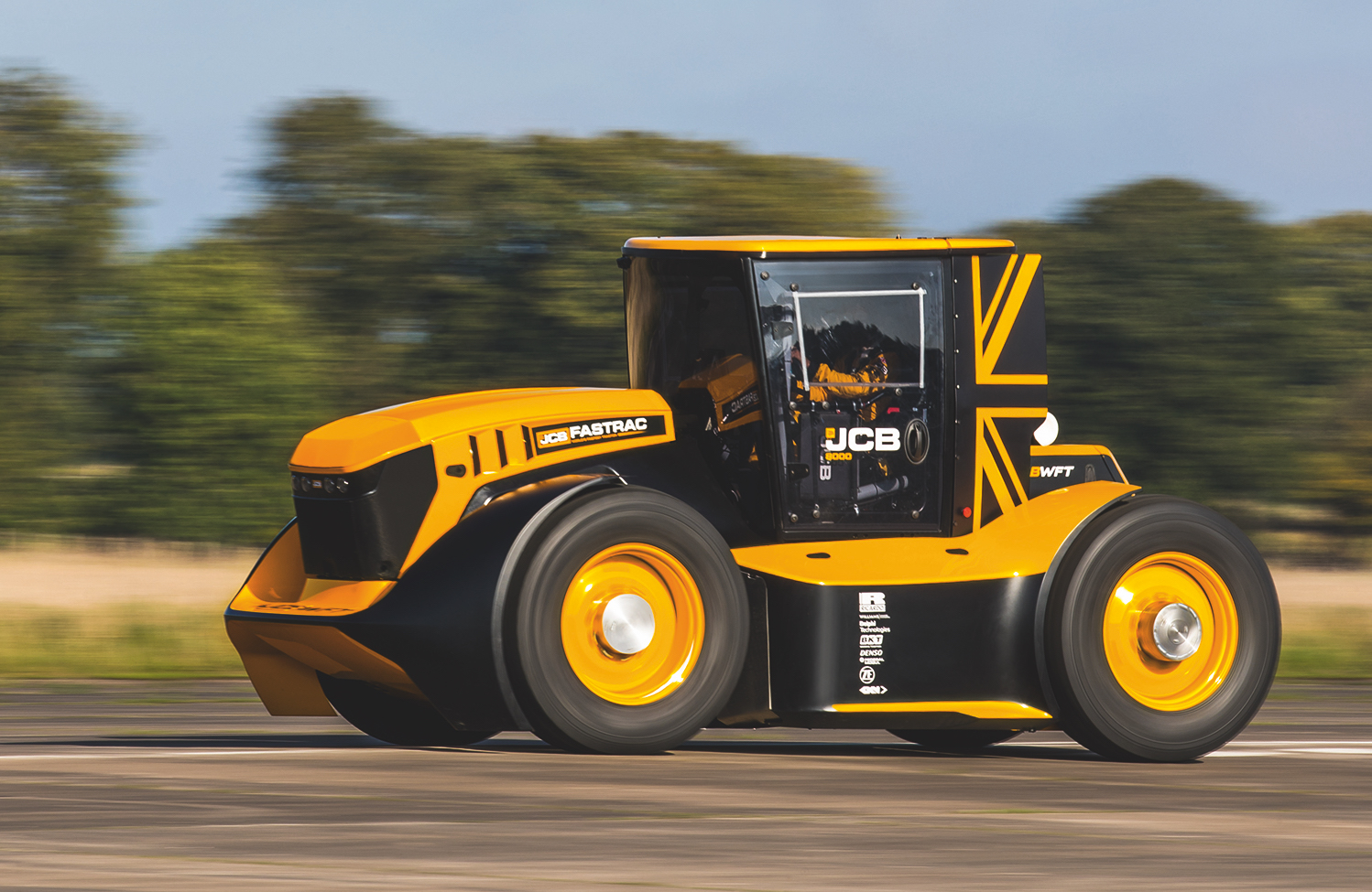 The-JCB-Fastrac-speeds-towards-the-World
