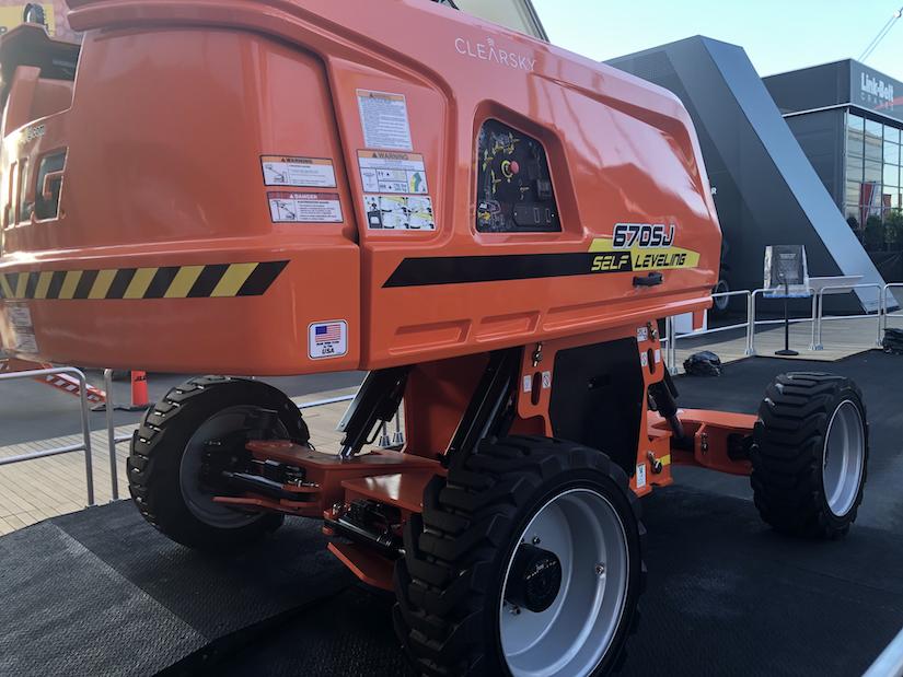 JLG 670SJ self-leveling boom lift